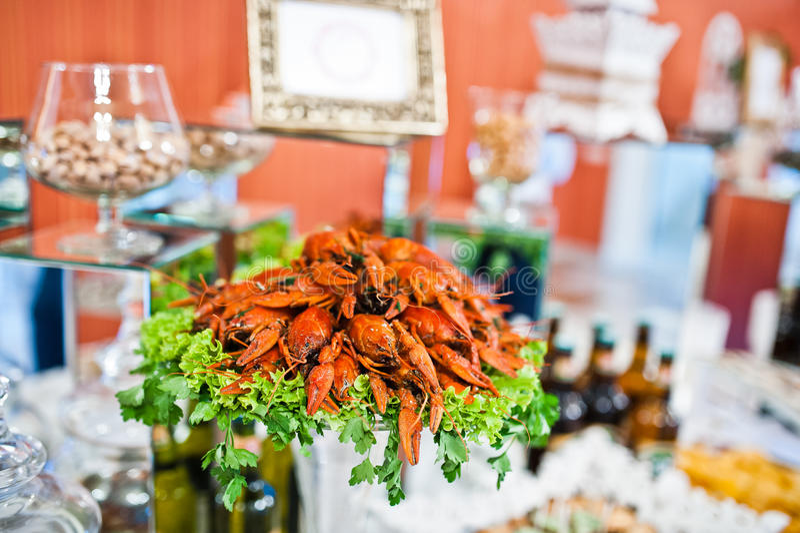 新鲜的红色小龙虾在承办酒席结婚宴会桌上 库存照片