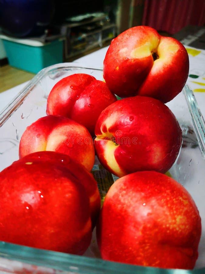 新鲜的红色油桃 库存图片