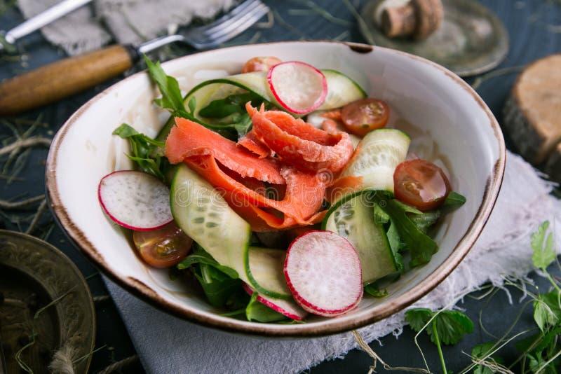 新鲜的红萝卜、黄瓜和萝卜菜沙拉 免版税库存照片