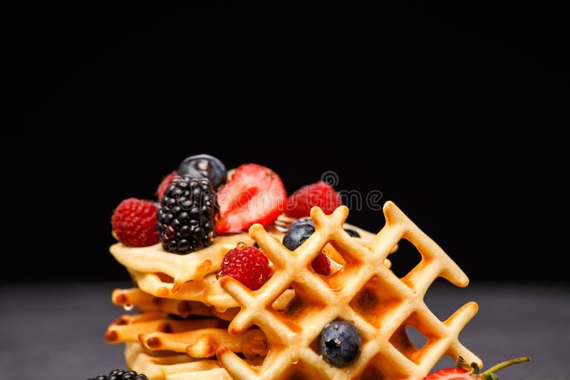 新鲜的维也纳奶蛋烘饼照片用倒蜂蜜的莓果反对空白的背景 图库摄影