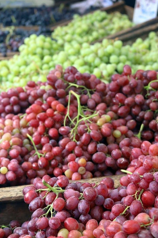新鲜的绿色和红葡萄待售 库存照片