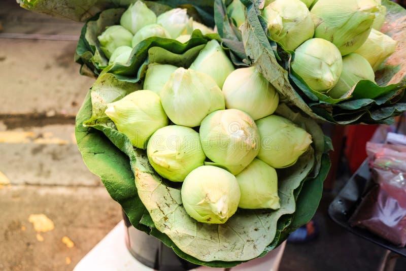 新鲜的绿色莲花花束发芽在花市场上 库存照片