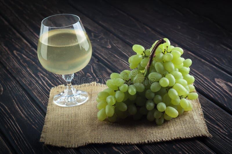 新鲜的绿色葡萄和葡萄酒杯 免版税库存照片