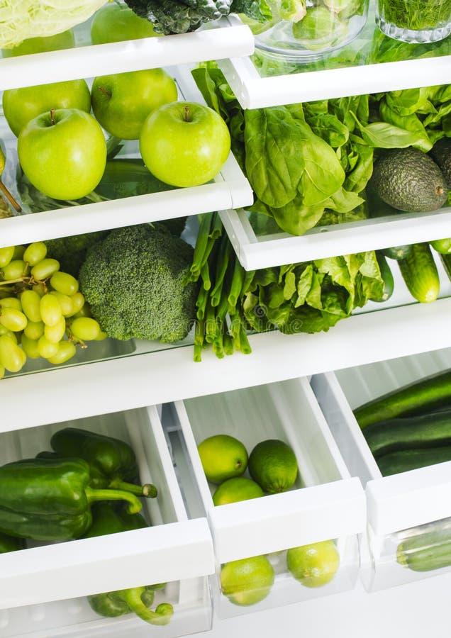 新鲜的绿色蔬菜和水果在冰箱 库存照片