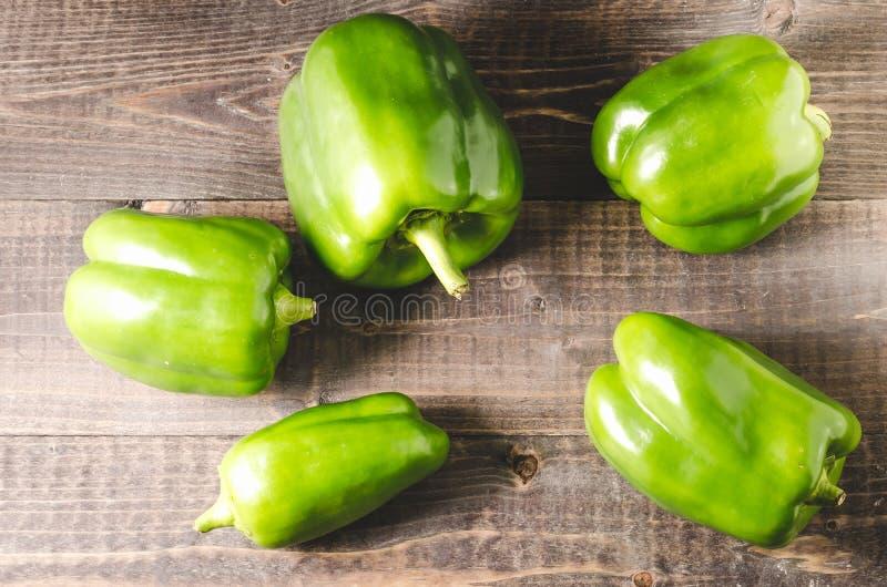 新鲜的绿色辣椒粉胡椒堆在木背景新鲜的绿色辣椒粉胡椒,顶视图/Heap的在黑暗的木背景的 免版税库存图片
