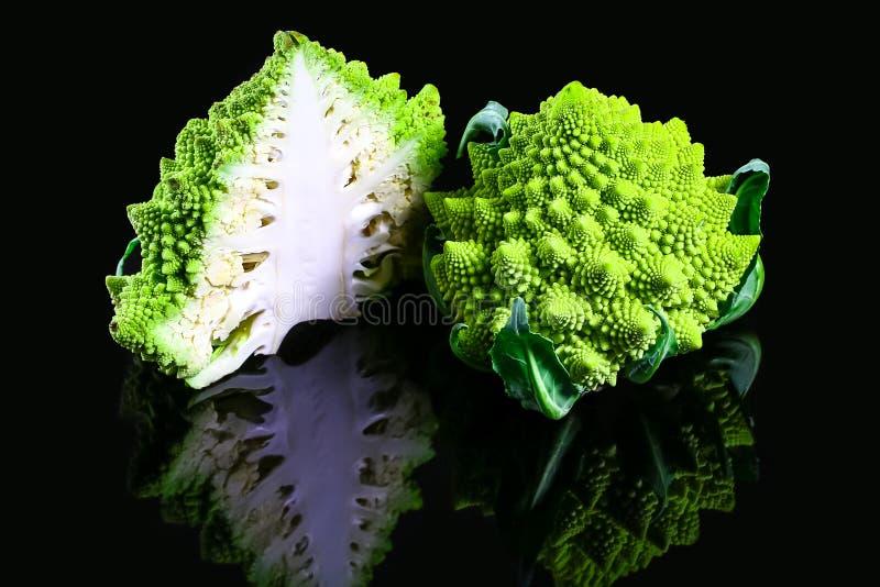 新鲜的绿色Romanesco硬花甘蓝-健康或素食食物概念 地道生活方式图象 免版税库存照片
