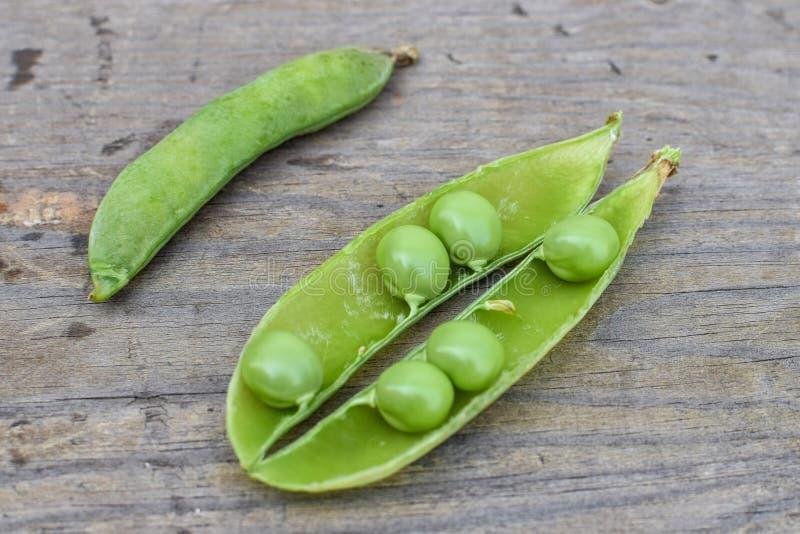 新鲜的绿豆开盖的荚在木桌特写镜头的 库存照片