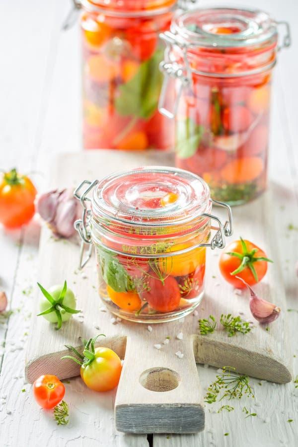 新鲜的罐装红色蕃茄的准备在瓶子 库存照片