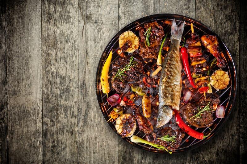 新鲜的肉和菜顶视图在木地板安置的格栅 免版税库存照片