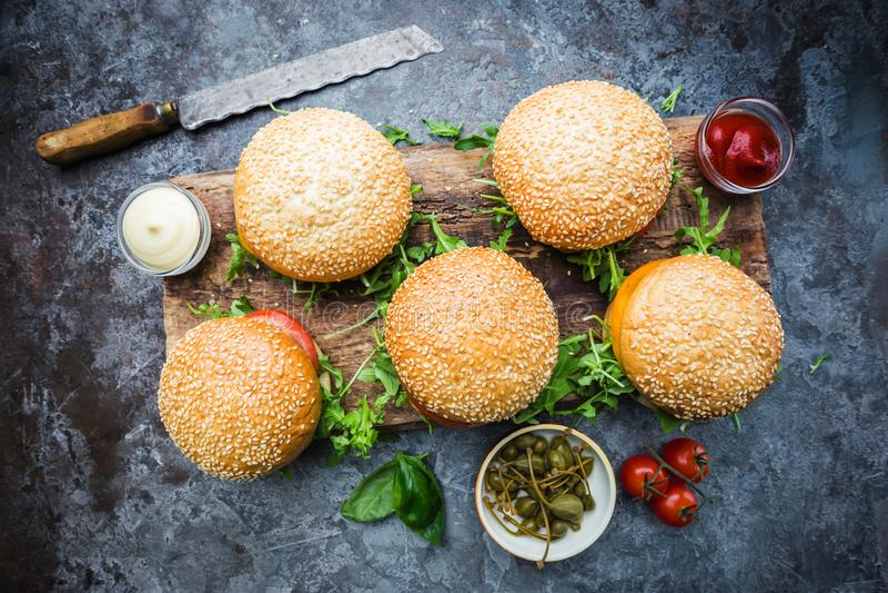 新鲜的自创汉堡 库存图片