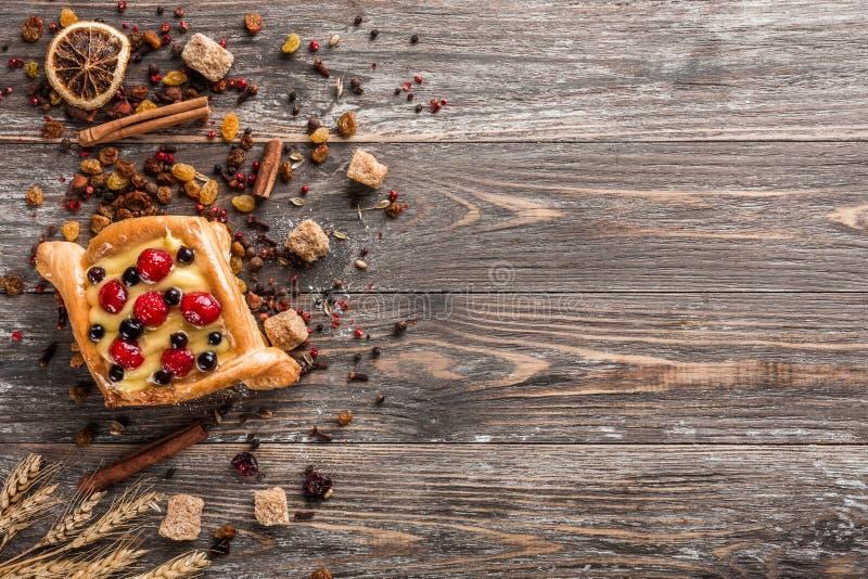 新鲜的自创甜蛋糕早餐用莓果和奶油在木桌上 选择聚焦,顶视图 免版税图库摄影