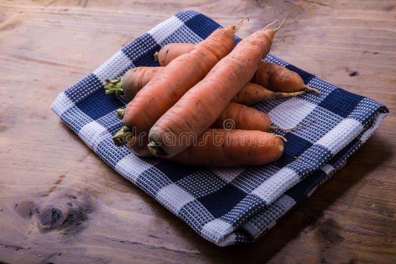 新鲜的自创红萝卜在一张木桌上疏松 库存照片
