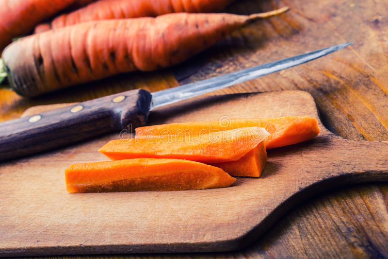 新鲜的自创红萝卜在一张木桌上疏松 免版税库存图片