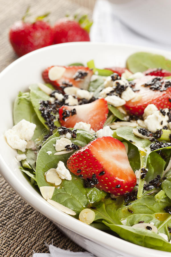 新鲜的自创草莓菠菜沙拉 库存图片