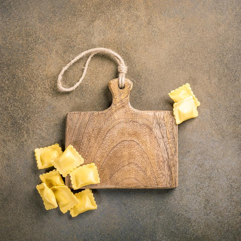 新鲜的自创被充塞的方形的面团馄饨 免版税库存图片
