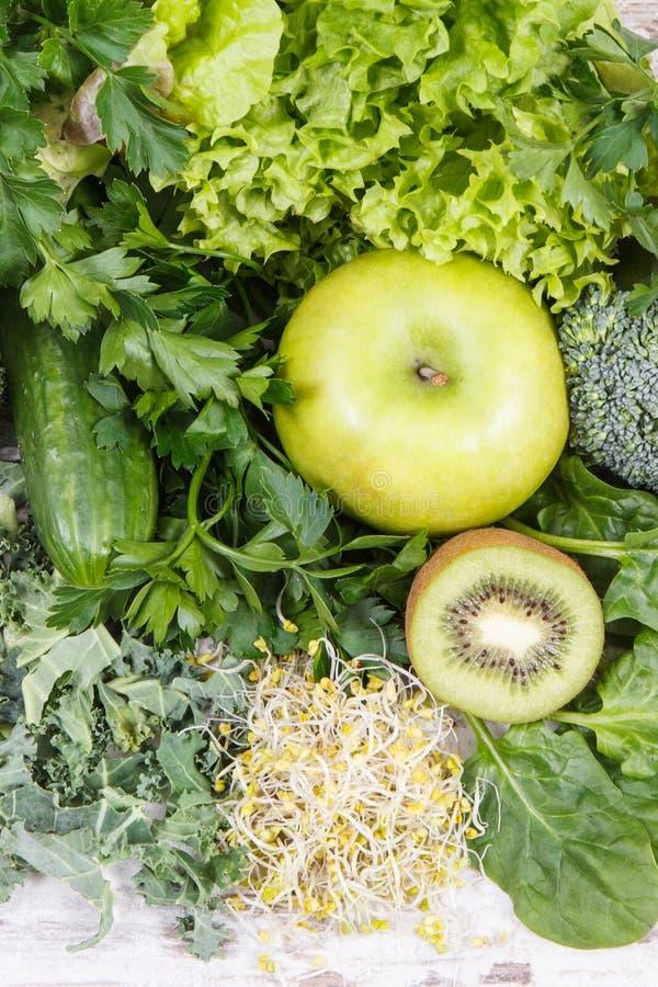 新鲜的自然水果、蔬菜和新芽当来源维生素 使用绿色成份概念的身体戒毒所 库存照片