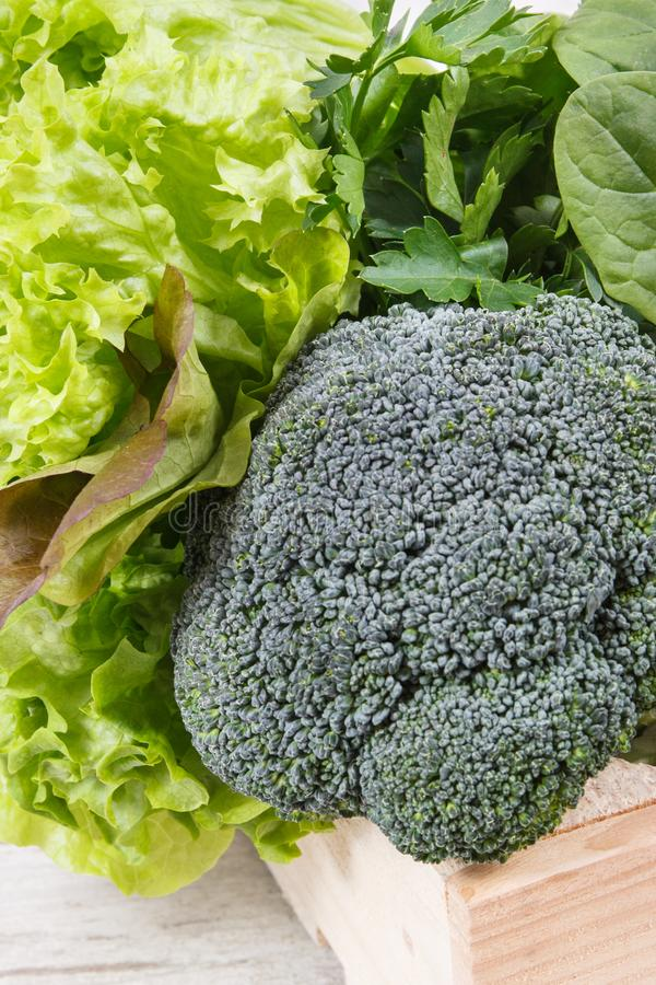 新鲜的自然水果和蔬菜当来源维生素 使用绿色成份概念的身体戒毒所 图库摄影