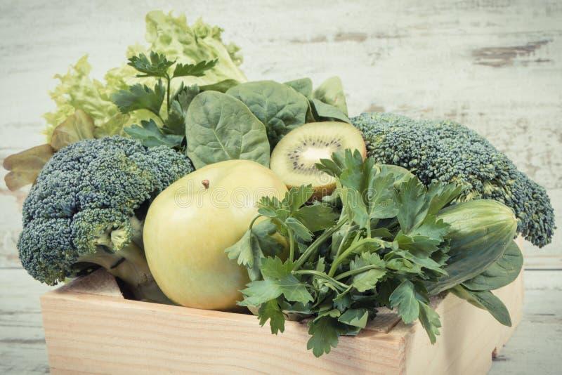 新鲜的自然水果和蔬菜当来源维生素 使用绿色成份概念的身体戒毒所 库存照片