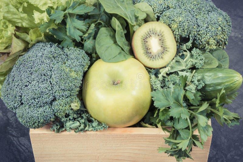 新鲜的自然水果和蔬菜当来源维生素 使用绿色成份概念的身体戒毒所 库存图片