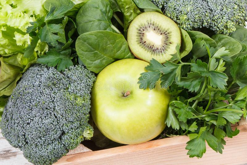 新鲜的自然水果和蔬菜当来源维生素 使用绿色成份概念的身体戒毒所 免版税库存照片