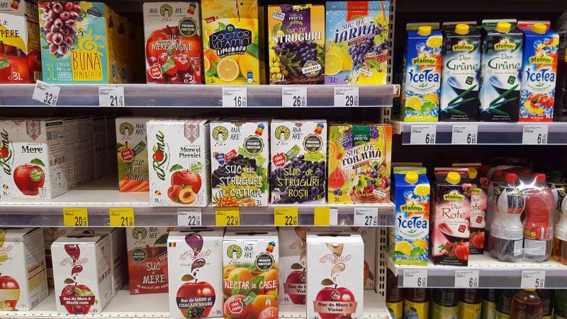 新鲜的自然汁液箱子待售在超级市场 库存图片
