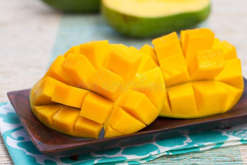 新鲜的芒果有机产品室外背景 免版税库存图片