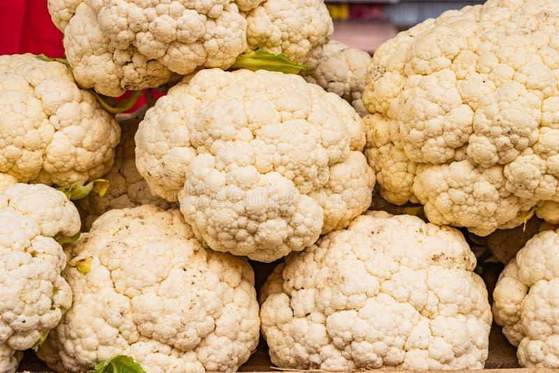 新鲜的花椰菜朝向在逆特写镜头的谎言 作为背景 库存照片