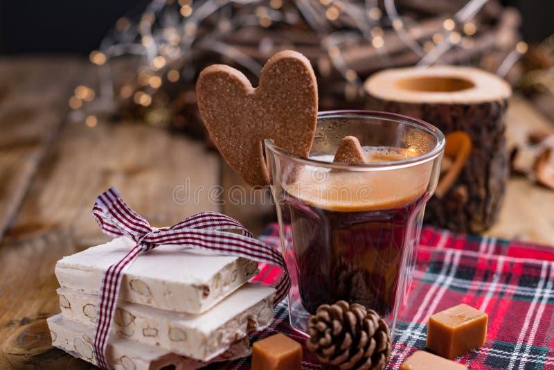 新鲜的芳香咖啡和意大利圣诞节甜点 牛乳糖用杏仁、karemelnye甜点、姜曲奇饼和热的饮料 自由 免版税库存图片