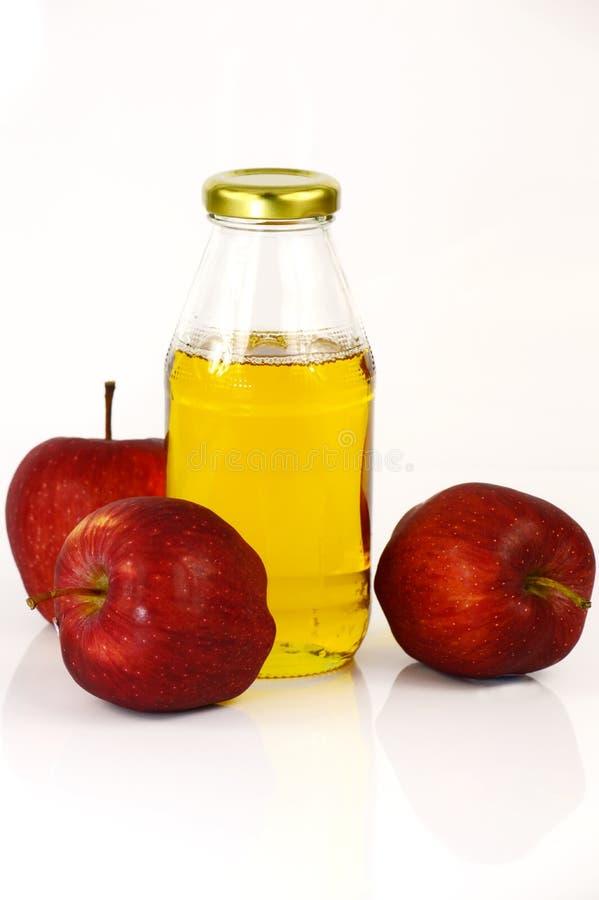 新鲜的苹果和一个瓶苹果汁醋 免版税库存照片