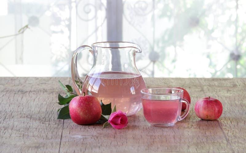 从新鲜的苹果的蜜饯在水罐 库存图片