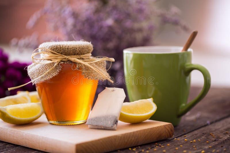新鲜的茶有蜂蜜和柠檬背景 免版税库存照片