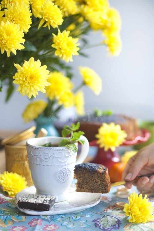 新鲜的茶用薄菏和柠檬在一张桌上与黄色花 文本的可口自创早餐地方 免版税库存照片