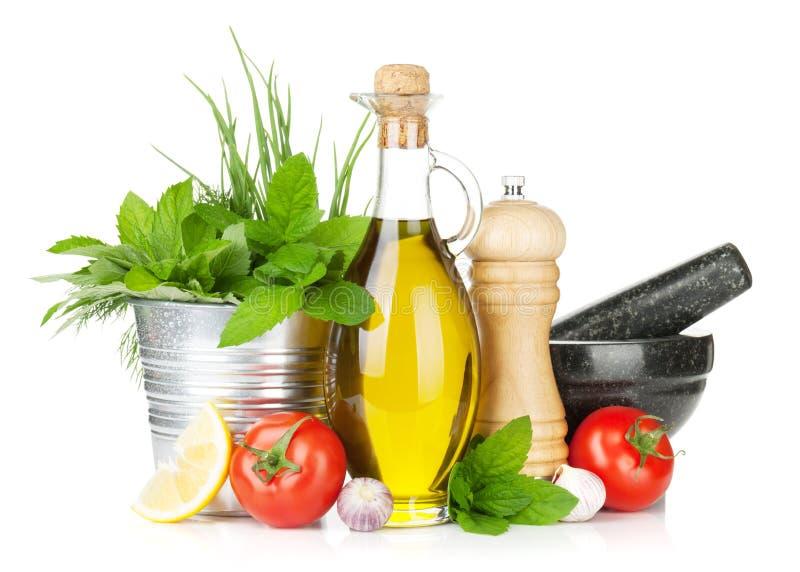 新鲜的草本、蕃茄、橄榄油和胡椒振动器 图库摄影