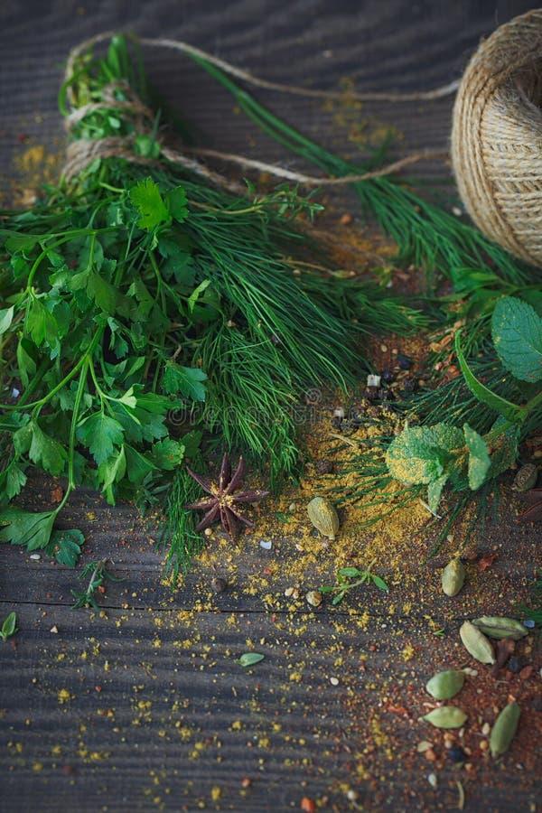 新鲜的草本和香料分类的混合在木背景的 图库摄影