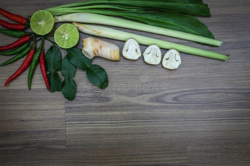 新鲜的草本和香料在木背景,泰国辣食物成份,汤姆成份  免版税库存图片