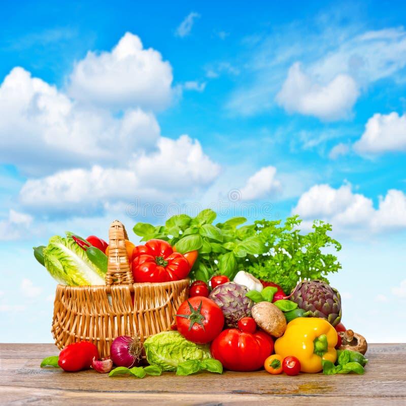 新鲜的草本蔬菜 与食品成分的手提篮 免版税库存图片