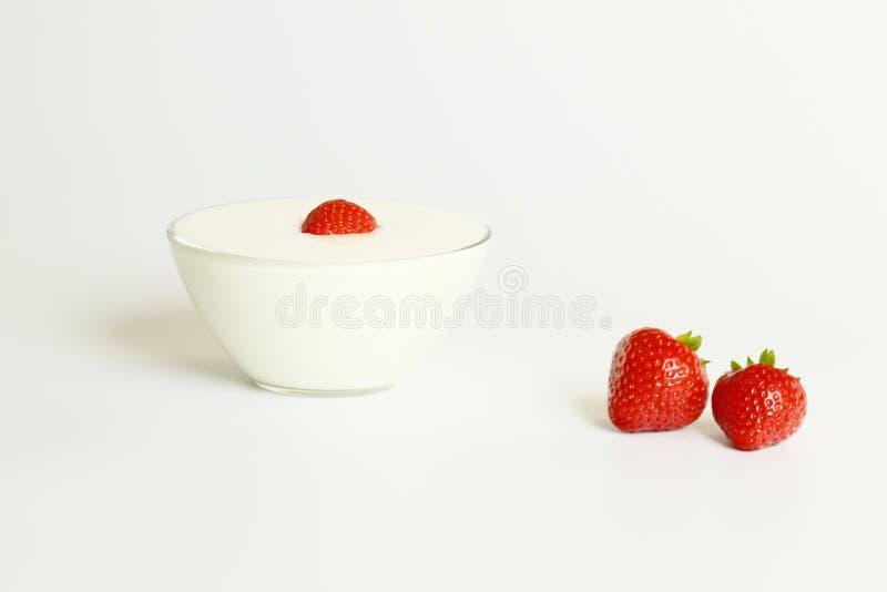 新鲜的草莓和自然yougurt 免版税图库摄影
