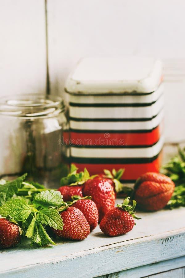 新鲜的草莓和蜜蜂花草本 库存照片