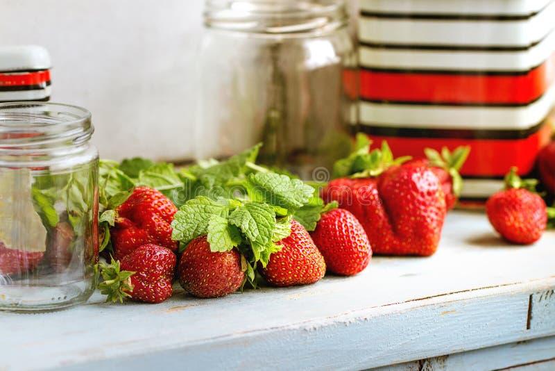 新鲜的草莓和蜜蜂花草本 免版税库存图片