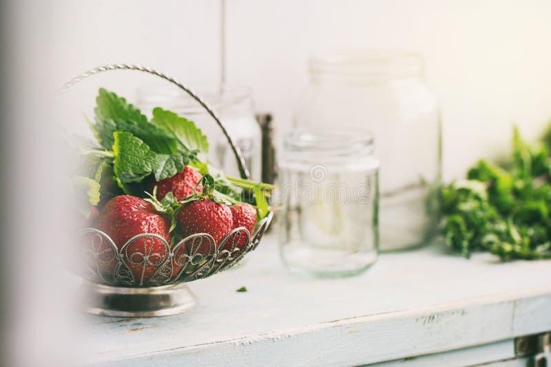新鲜的草莓和蜜蜂花草本 库存图片