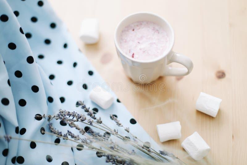 新鲜的草莓圆滑的人或奶昔用蛋白软糖在木背景,特写镜头 o 免版税库存照片