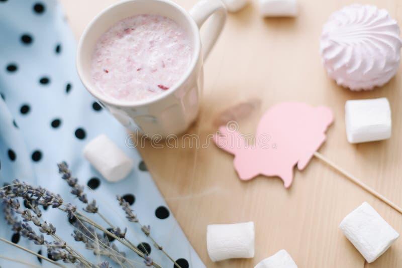 新鲜的草莓圆滑的人或奶昔用蛋白软糖,特写镜头 blogor食谱书的复活节概念 flatlay的春天 免版税库存照片