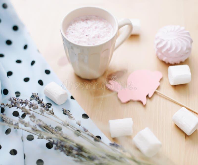 新鲜的草莓圆滑的人或奶昔用蛋白软糖,特写镜头 r flatlay创造性的春天,顶视图 库存图片