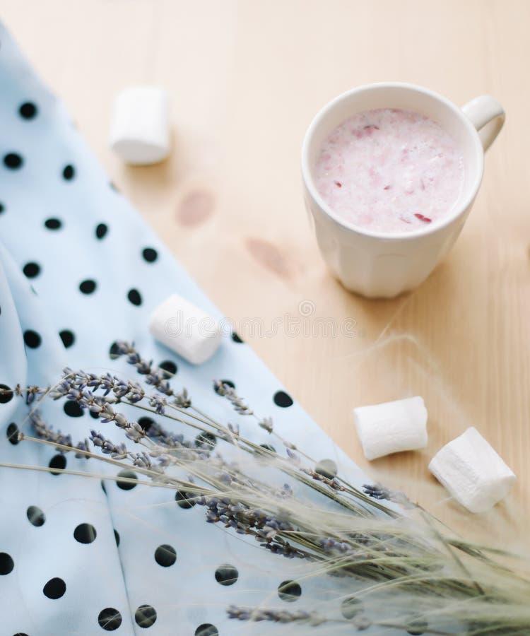 新鲜的草莓圆滑的人或奶昔用蛋白软糖,特写镜头 r 免版税图库摄影