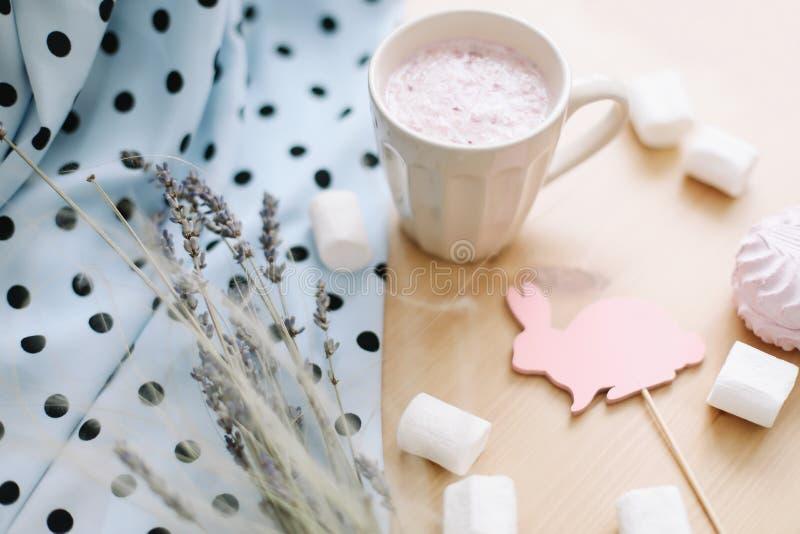 新鲜的草莓奶昔用蛋白软糖,特写镜头 博克或食谱书的复活节概念 flatlay创造性的春天,顶视图 库存图片