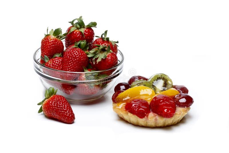 新鲜的草莓对不健康的蛋糕 免版税图库摄影