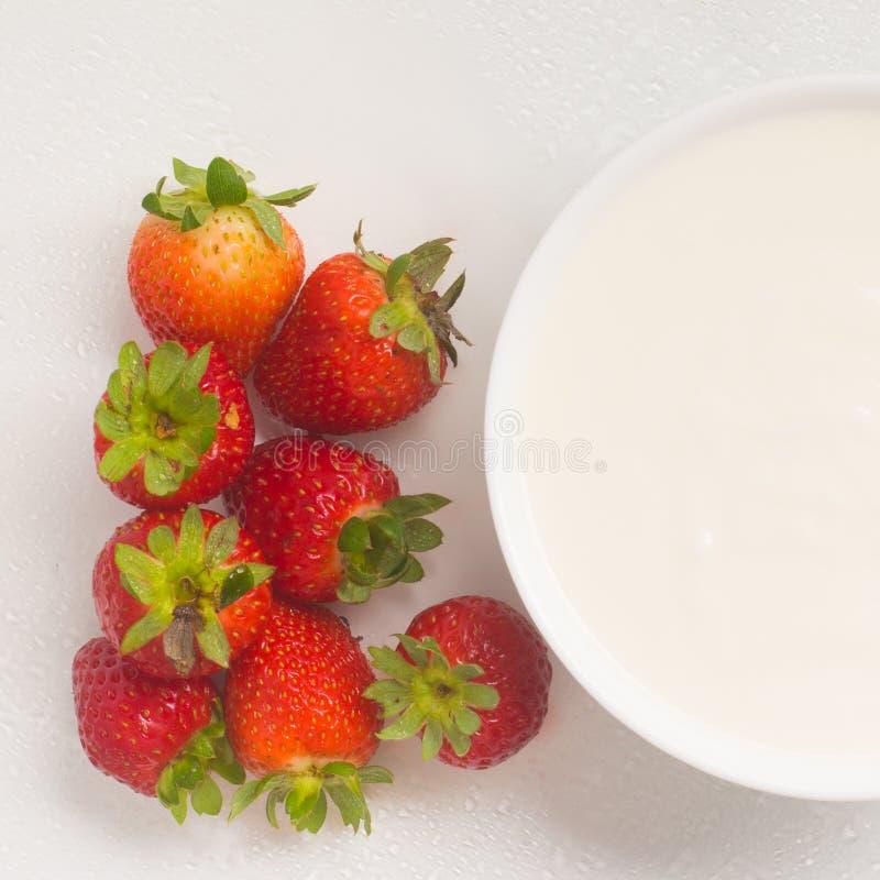 新鲜的草莓用酸奶 库存图片
