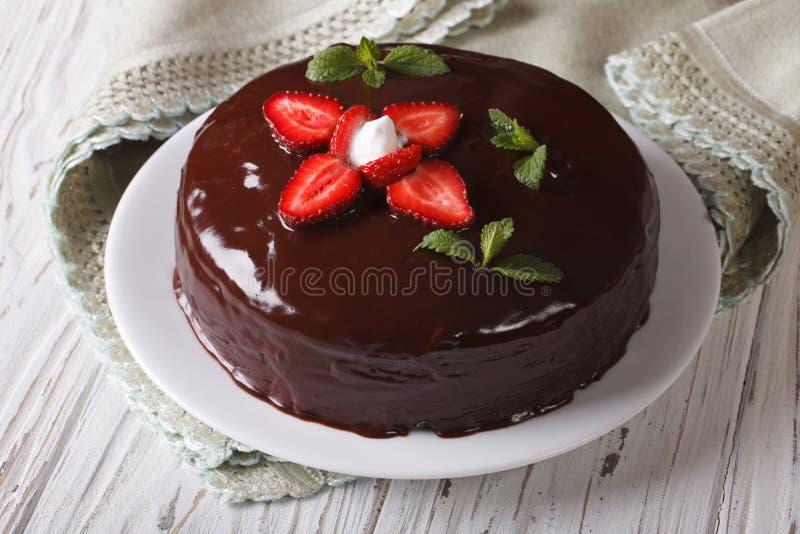 新鲜的草莓蛋糕用冠上水平的特写镜头的巧克力 库存图片