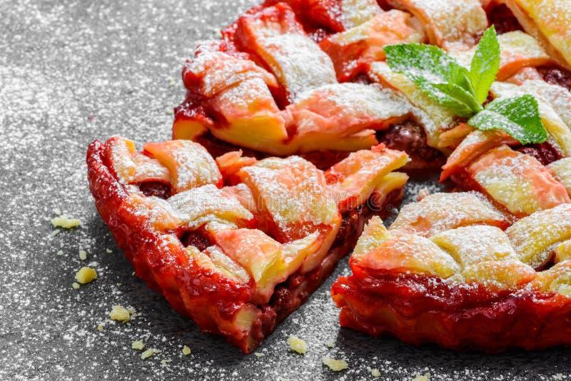 新鲜的草莓饼或馅饼顶视图与 免版税图库摄影