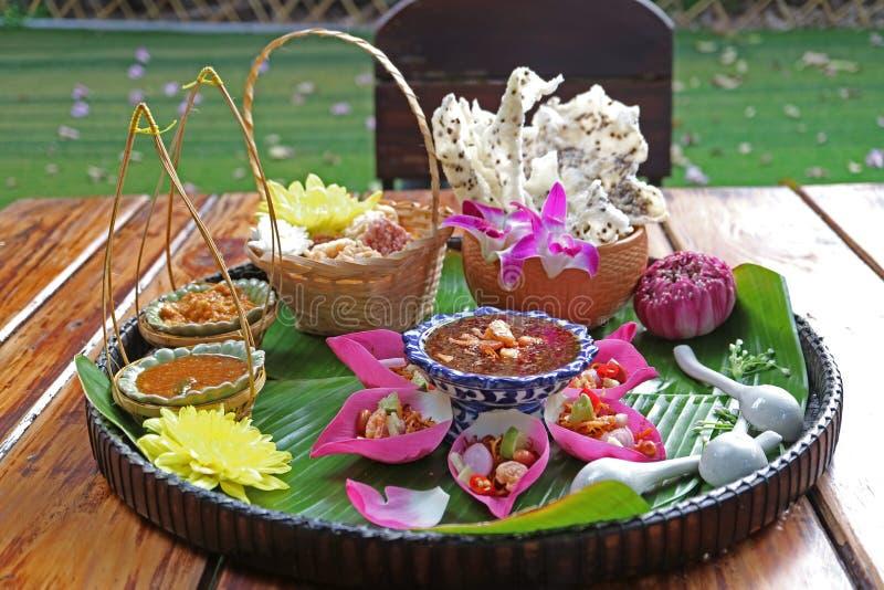 新鲜的莲花瓣被包裹的开胃菜和酥脆炒米米糕与辣垂度 免版税库存照片